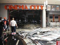 Zřícená stropní konstrukce v předsálí multikina CinemaCity v plzeňské Plaze.