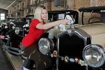 Poslední přípravy a leštění karosérií vystavovaných aut v Depu 2015, kde se zítra otevírá výstava automobilů Auta s vůní benzínu.