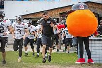 Američan Jesse Thompson (v černém) ještě jako trenér týmu amerického fotbalu Prague Black Panthers. Nyní už je koučem Pilsen Patriots.