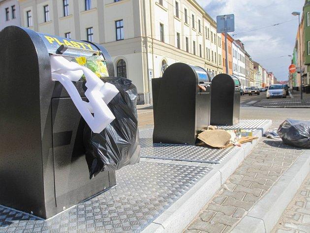 Podzemní kontejnery na Mikulášském náměstí byly včera plné. Lidé je plnili ještě před spuštěním