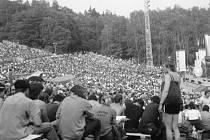 Portě se v Plzni dařilo tak, že jí amfiteátr v areálu výstaviště už při druhém ročníku takřka nestačil. Přesunula se proto do amfiteátru Lochotín, který diváci také hravě zaplnili. Dokazuje to tato fotografie z roku 1985.