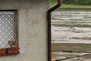 Ryska na převoznickém domku připomíná srpnovou povodeň roku 2002.