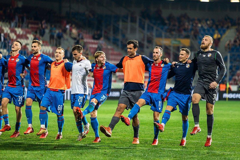 Po utkání si Jan Sýkora (druhý zprava) užil děkovačku před plzeňským kotlem. Foto: fcv