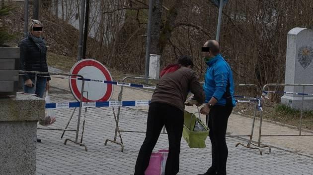 Na uzavřené hranici v Alžbětíně je rušno, čile se tam obchoduje přímo nad zátarasy.