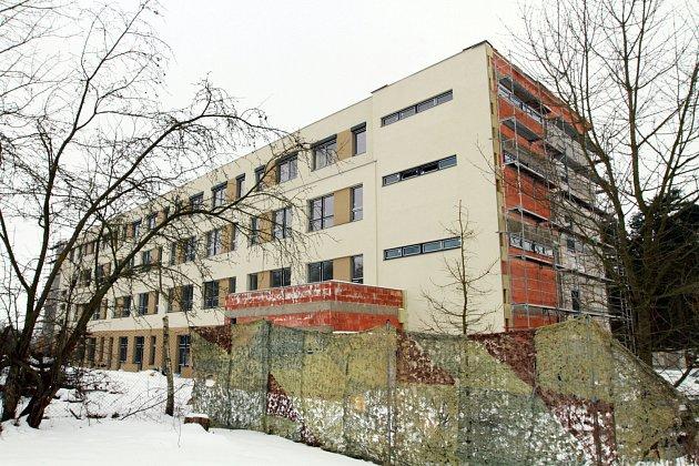 Developer se domluvil s dodavatelskou firmou, že stavbu domova v Nepomuku koncem loňského roku pozastaví. Snímek pochází z letošního ledna.