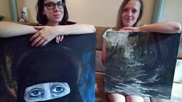 Aisha Kristová (vlevo) s obrazem Kandahár a její spolužačka Kateřina Pražská s jednou ze svých krajinomaleb. Díla jsou k vidění v plzeňské Galerii Azyl.