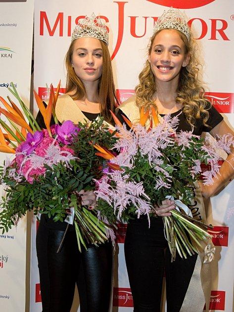 Dvacátá Miss Junior z Plzně Kateřina Huňáčková (vpravo, na snímku s ní je Miss Junior Slovenska Viktória Drugová z Humenného).