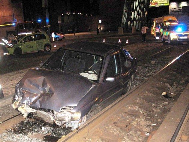 Jeden z vozů po nehodě skočnil v tramvajovém kolejišti