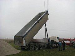 Kamion vyklopenou korbou zavadil o dráty vysokého napětí, které následně způsobilo požár vozu