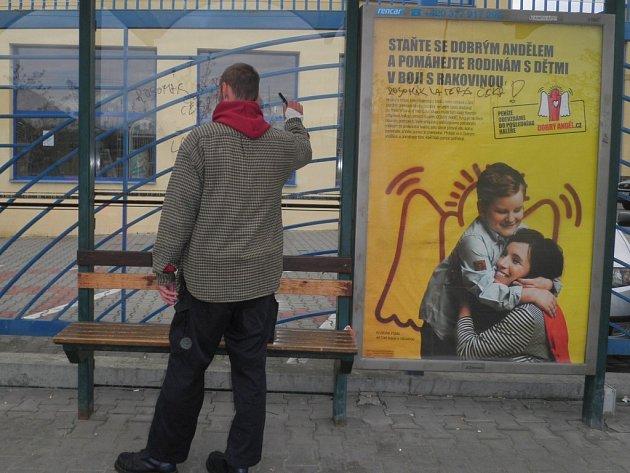 Opilec zanechal vzkaz své přítelkyni napsaný fixem na zastávce MHD V Šumavské ulici