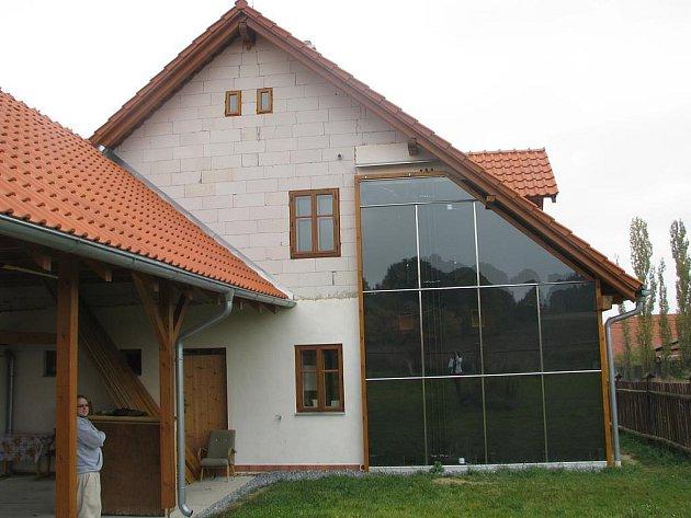 Trombeho stěna umístěná na jižní straně domku.