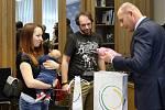 Setkání s rodiči prvních miminek narozených v roce 2019 v Plzeňském kraji se uskutečnilo ve čtvrtek na krajském úřadě.