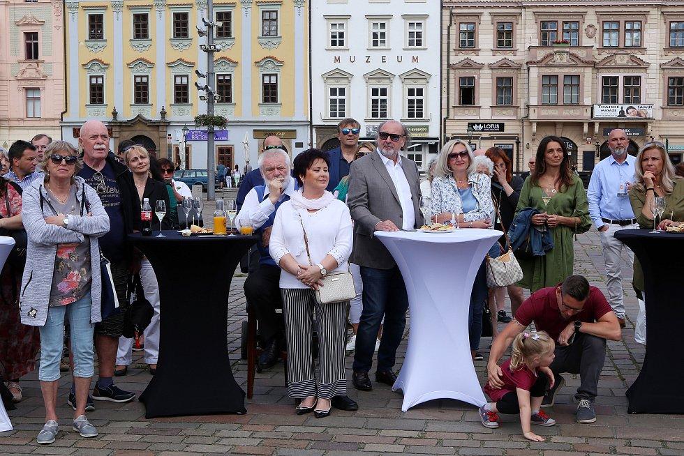 Na plzeňském náměstí byly slavnostně odhaleny sochy Spejbla a Hurvínka. Sochy vytvořila kanadská sochařka českého původu Lea Vivot u příležitosti 100. výročí vzniku Spejbla.