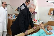 Emeritní biskup František Radkovský navštívil pacienty Rokycanské nemocnice.