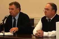 Václav Paleček (vpravo) se svým advokátem