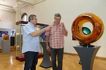 Ivo Křen (vlevo) a Jan Mergl u skleněného objektu Vlastimila Beránka s názvem Epicentrum. Váží téměř dvě stě padesát kilogramů a chladl měsíc.