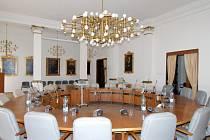 Současná podoba zasedací místnosti městské rady na radnici. Dominantou je kulatý stůl, v jehož čele sedí primátor, jeho náměstci a radní města.