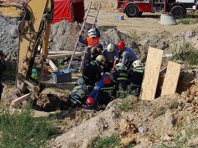 Zasypaného dělníka z jámy vyhrabali hasiči, kteří ho poté předali do péče posádce záchranky