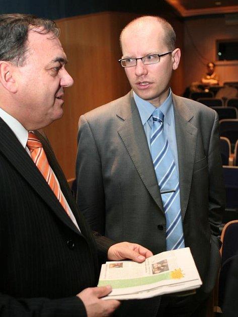 V divadélku Jonáš diskutoval včera s Bohuslavem Sobotkou také poslanec za ČSSD Jan Látka (vlevo)