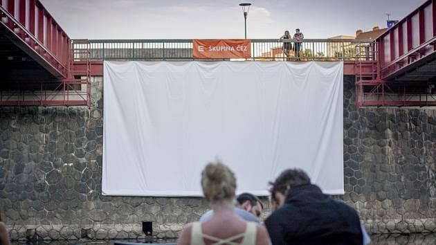 Filmové večery na náplavce.