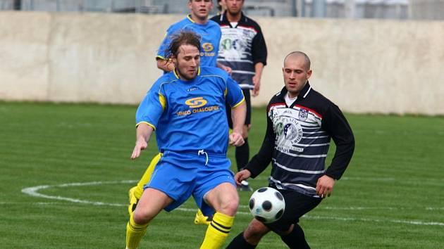 Pavel Vaigl ze týmu Senco Doubravka (vlevo)  svádí souboj o míč se soupeřem v sobotním utkání s Třeboní