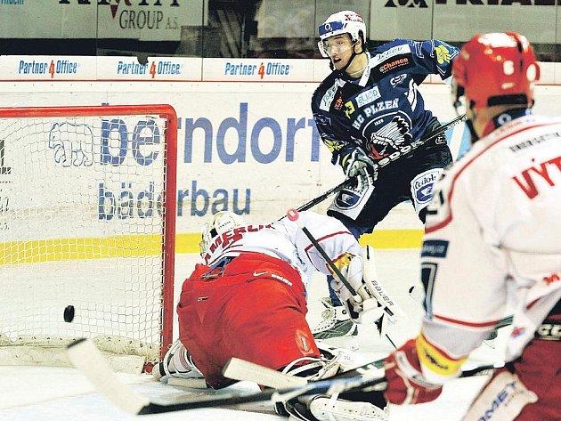 Plzeňský útočník Jan Kovář (vpravo) otevírá skóre pátečního utkání hokejové extraligy v Třinci, které však Západočeši nakonec v prodloužení prohráli.