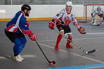 Mladý tým Snacku (v bílém) nestačil v semifinále play-off I. ligy hokejbalistů  na zkušenější celek Karviné.