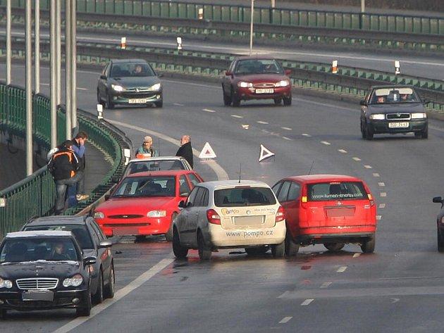 Největší čtvrteční nehoda zaviněná náledí se v Plzni stala v Liticích. Srazila se tu čtyři vozidla
