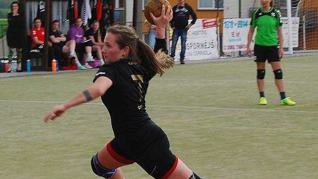 Šestnácti góly  zatížila konto soupeře v úvodním utkání první ligy tymákovská střelkyně Pavla Šmídlová.