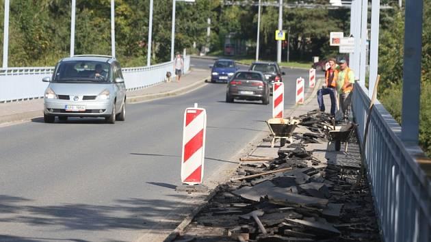Tyršův most čeká velká rekonstrukce. Začalo se s chodníky