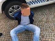 V sadech Pětatřicátníků hrozil muž střelnou zbraní.