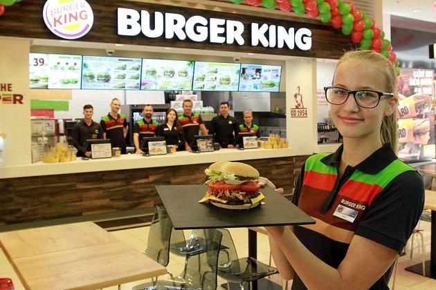 Nová restaurace rychlého občerstvení Burger King v OC Plzeň Plaza. Na snímku Adála Fialová představuje sendvič Double Steak House.