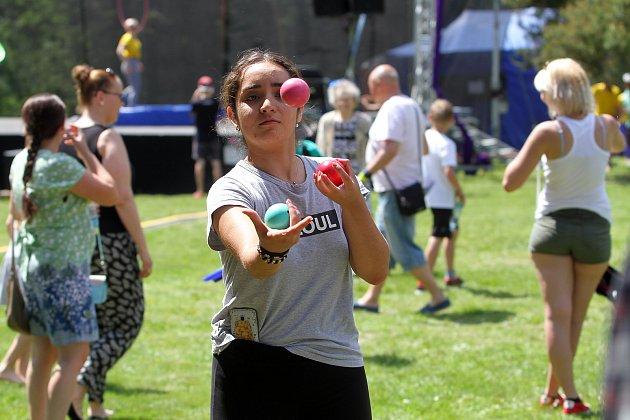 Žonglobalizace - na festivalu nového cirkusu si mohli děti i jejich rodiče vyzkoušet nejrůznější cirkusové a artistické prvky nebo si jen užít slunečné odpoledne v největším plzeňském parku.