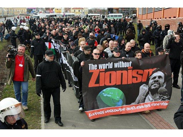 Samotný pochod radikálů směřoval od obchodního centra Plaza Plzeň přes sady Pětatřicátníků až na náměstí Republiky
