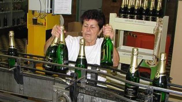 Stáčecí linky ve staroplzenecké firmě běží od září na plno. Před Vánocemi a silvestrem se prodá třetina produkce sektů.