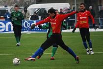 Obránce Viktorie Plzeň Tomáš Hájovský (uprostřed v červeném dresu) bojuje o míč se soupeřem v sobotním utkání fotbalové Tipsport ligy s Příbramí.
