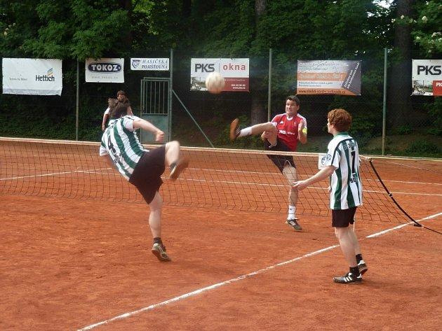 Nohejbalisté Zruče (v zelenobílých dresech) i v posledním domácím utkání základní části I. ligy dokázali vyhrát, když porazili Start Praha poměrem 6:3.