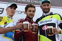 Petr Fiala (uprostřed) oslavuje  vítězství v čtyřiačtyřicátém ročníku Trofeje Rokycan spolus dalšími medailisty, zleva druhým Tomášem Koudelou a bronzovým Tomášem  Bucháčkem