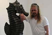 Dalibor Šebesta u mořského koníka, který se na snímek bohužel nevešel celý. Tato socha je vytvořená  z vápence.