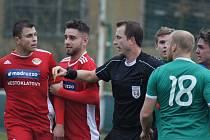 Daniel Pavlovič z Klatov (na snímku vlevo) v zápase minulého kola na půdě Sedlčan.
