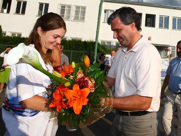 Prvním, kdo Kateřině Emmons gratuloval na střelnici v Lobzích po jejím návratu z olympiády v Pekingu, byl předseda SKP Rapid Plzeň Petr Baroch