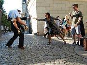 Španělský pouliční divadelník Adrian Schvarzstein (vlevo) a litevská tanečnice Jurate Širvyte-Rukštele (vpravo) odehráli ve čtvrtek v Plzni U Branky pouliční představení nazvané Cestující v čase