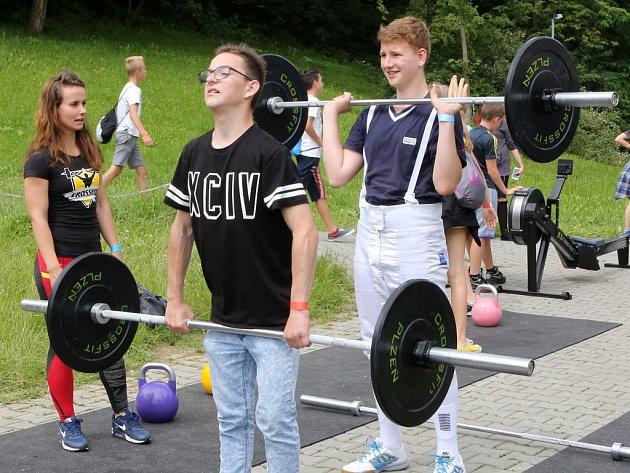 V parku za OC Plzeň Plaza se objevilo téměř 50 sportovních stanovišť.
