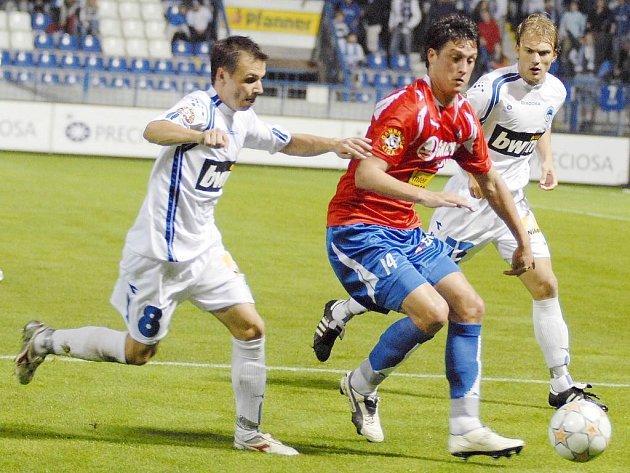 Útočník Viktorie Plzeň Martin Psohlavec (v červeném) se probíjí obranou soupeře v sobotním utkání první fotbalové Gambrinus ligy v Liberci.