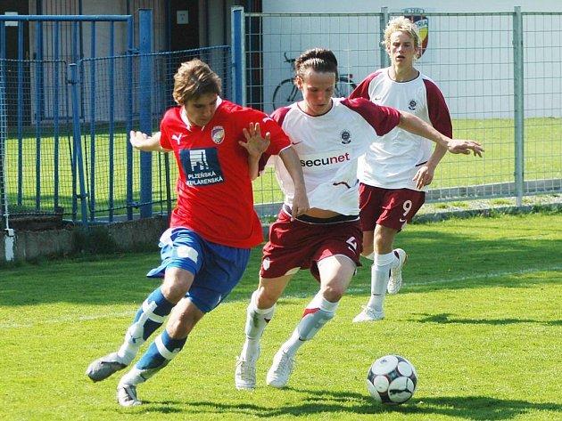 Jan Mudra z Viktorie Plzeň (vlevo) bojuje o míč se soupeřem ve středečním utkání celostátní ligy staršího dorostu se Spartou Praha