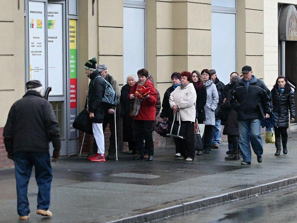 ělí dobít Plzeňskou kartu nebo si koupit předplatné, se na Klatovské třídě táhla před polednem až ven. Podle podniku jde o obvyklý jev ze začátku roku, kdy si lidé předplácejí jízdné.