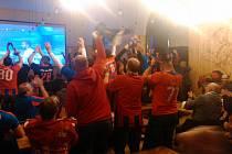 Fanoušci oslavují vyrovnávací gól Radima Řezníka.