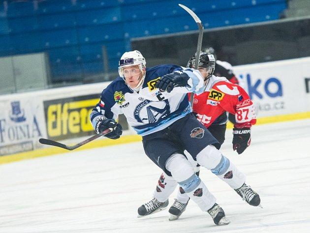 Hokejista Jakub Faschingbauer (na snímku v popředí) prošel reprezentačními mládežnickými výběry, teď nastupuje za Akademiky Plzeň v EUHL. Pochází ze sportovní rodiny – rodiče byli výborní tenisté, strýc a děd vytrvalostí běžci