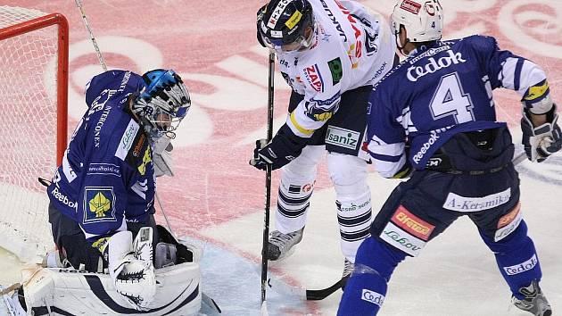 Hokejisté Plzně (v modrém) vyhráli v 9. kole extraligy v Liberci 4:2.