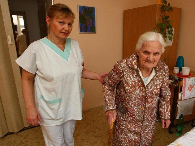 Sestřička Dana Broftová doprovází jednu z pacientek plzeňského hospicu na pokoj